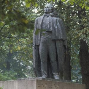 Eino Leinon patsas Esplanadin puistossa.