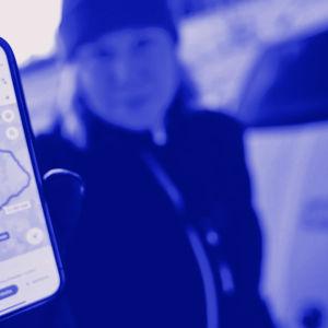 Tekstit: Puhelimen sijaintiedot, Digitreenit, yle.fi/oppiminen. Kuvassa nuppineuloja kartalla.