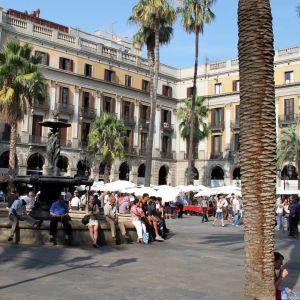 Ihmisten kansoittama Placa Reial -aukio Barcelonassa.