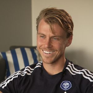 Fotbollsspelaren Rasmus Schüller intervjuas i Sportmagasinet.