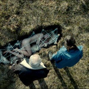 Bild ur serien Monster när Tyra precis ha hittats död och nersänkt i marken.