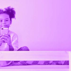 Tekstit: Lapsi ja älypuhelin, Digitreenit, yle.fi/oppiminen. Kuvassa lapsi kännykkä kädessä.
