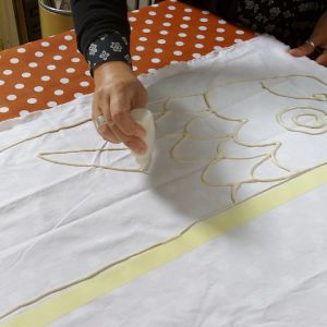 Mönsterritning med mjölblanding på textil.
