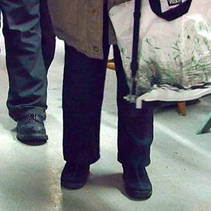människors ben och fötter i butiksfastighet