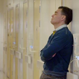 Tuhkimotarinoiden Timo seisoo sairaalan käytävällä