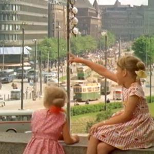 Lapset katsovat näkymää Helsingissä Mannerheimintielle 1966