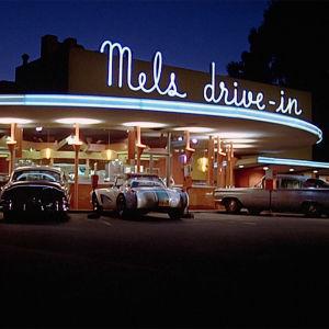 Mels drive-in. American Graffiti -elokuvan alkukuva.