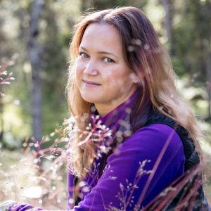 Katja Savilakso metsässä.