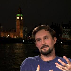 Taidekriitikko ja kuraattori James Putnamin (UK) ja taiteilija Hans Rosenströmin (FI), taustalla Lontoon parlamenttitalo