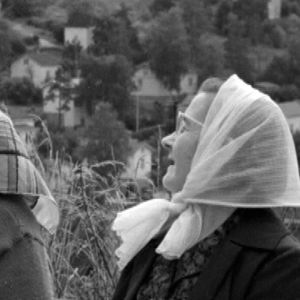 Kaksi naista Pispalanharjun edustalla Tampereella