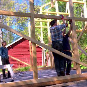 Jim, Johan och Susanna bygger modul.