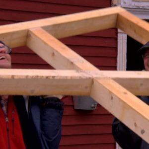 Jim och Johan lyfter modul.