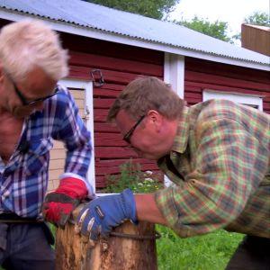 Jim och Johan bänder armeringsjärn.