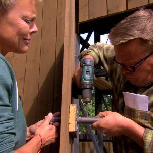 Johan monterar handtag till växthusets lilla dörr.