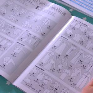 Lee studerar mönsteröversikten i specialtidningen