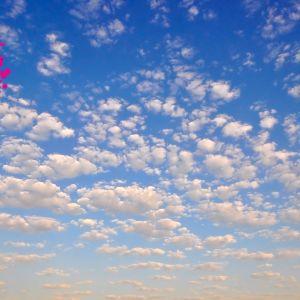 en himmel med moln och solnedgång