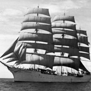 Suomen Joutsen merellä täysissä purjeissa.