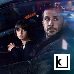 Mies ja nainen katsovat auton ikkunasta vuoden 2049 Los Angelesissa.