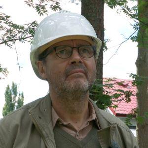 Mies rakennuskypärä päässä