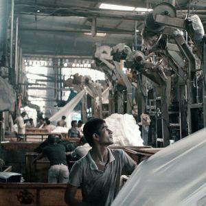 Palkittu dokumenttielokuva kertoo työstä, koneista ja työläisistä Intian Gujaratissa sijaitsevassa suuressa tekstiilitehtaassa.