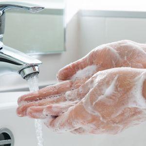 Henkilö pesee käsiään.