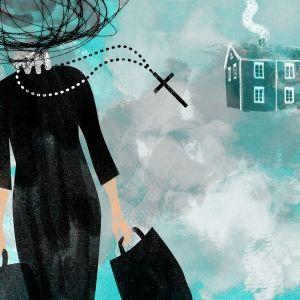 Nainen poistuu talosta kantamuksineen