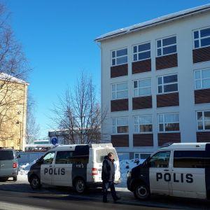 Poliser i Uleåborg kammar igenom området i närheten av yrkeshögskolan.