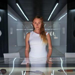 ihmishahmoinen robotti asetiskin takana westworld