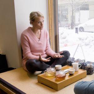 Maaret Kallio ja Ronja Salmi istuvat ikkunalaudalla, juovat teetä ja keskustelevat.