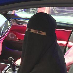 Saudisk kvinna i bil. Kvinnor i Saudiarabien år börja köra bil