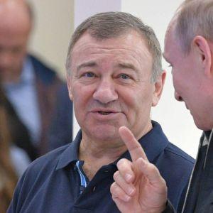 Vladimir Putin keskustelemassa Arkadi Rotenbergin kanssa avajaisissa, joissa vihittiin käyttöön Krimin ja Venäjän välinen silta.