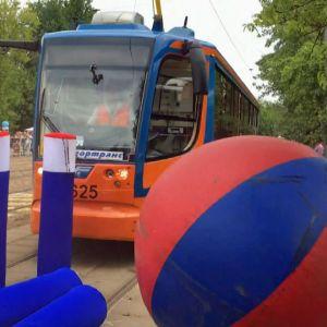 Spårvagnar i Moskva spelar bowling.