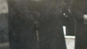 Kukkia Annin arkun päällä