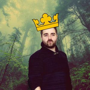 Ted Forsström med krona i en magisk skog.
