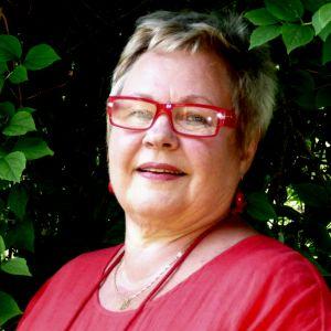 Lili-Ann Junell-Kousa på besök utanför sitt barndomshem i Dragsvik.