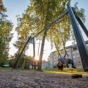 Lekpark invid flyktingförläggningen i Mjölbolsta.