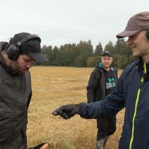 Tomi Virtanen ja Ossi Kupila tutkivat muinaislöytöä.