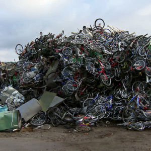Asylsökande kom över med cyklar till Norge. Här har de samlats på hög. Omkring 3 500 cyklar som hade använts av asylsökande samlades in i Kirkenes.