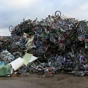 Hylättyjä polkupyöriä vuorena Kirkenesin jäteasemalla Pohjois-Norjassa.