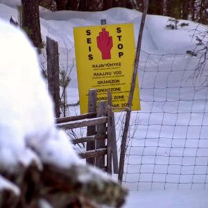 Skylt som aner gränszon mellan Finland och Ryssland.