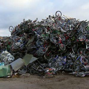 Asylsökande kom över med cyklar till Norge. Här har de samlats på hög.