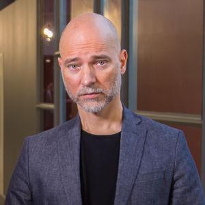 Suomalainen elokuvaohjaaja, Aku Louhimies potrettikuvassa.