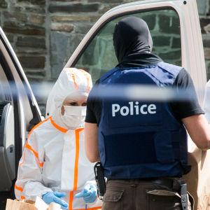 Polisen undersöker misstänkt gärningsmans hem den 21.06.2017.