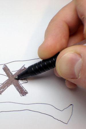 mies piirtää
