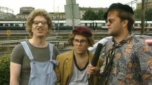 Pauli ja Arttu ovat saapuneet Musa-corneriin Iso-peben haastateltavaksi. Kavereiden homma on täydellisessä pattitilanteessa.