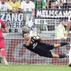 Gianluigi Buffon räddade straff i säsongspremiären mot Cagliari.