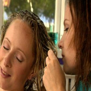 Lee snusar på Alexandras nytvättade hår.