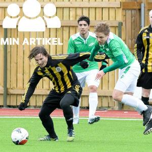 EIF:s och Ponnistajats spelare löper efter bollen.