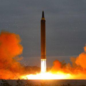 Medeldistansmissilen som avfyrades i natt tros vara av samma typ - Hwasong-12 - som Nordkorea sköt över Japan i augusti