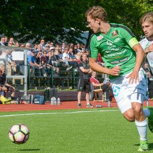 Zacharias Ekström jagar bollen.